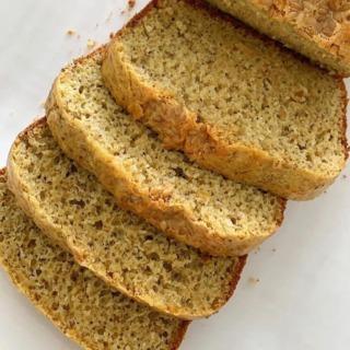 Atenção amantes de pão 🍞🥁🥁🥁 hoje comecei bem o dia com a melhor receita que já fiz. Verdade mesmo, essa é sensacional. Pão sem glúten com cara de pão mesmo! Compartilho com vcs a receita, sugiro que façam e quem fizer me marca. 🤩 👉1 xícara de farinha de quinua 👉1 xícara de polvilho doce 👉1/2 xícara de farinha de arroz 👉1/2 xícara de azeite de oliva 👉 1 pote de iogurte natural (ou leite vegetal espessado) 👉 3 ovos caipira 👉 2 colheres (sopa) de semente de girassol ou de linhaça 👉 1 colher (sopa) de amaranto em flocos 👉 1 colher (sopa) de linhaça dourada 👉 1 colher (sopa) de semente de chia 👉 15 amêndoas trituradas 👉 1 colher de sopa de fermento químico em pó. 👉 Sal do Himalaia a gosto 🔹 Modo de preparo: colocar no liqüidificador o iogurte, os ovos e o azeite. Liqüidificar e em seguida colocar aos poucos as farinhas. Retirar do liqüidificador e em outro recipiente misturar o restante dos ingredientes. Adicionar o fermento, mexer levemente, colocar em uma forma untada. Em forno previamente aquecido a temperatura média, assar por aproximadamente 25 minutos. 🏆Resultado: fiz o melhor pão sem glúten de todos os meus experimentos. Bom demaissss!! Bom apetite pessoal!!! 🍞🔥